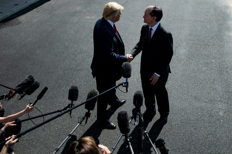 Le président américain Donald Trump (g) et le ministre du Travail, Alex Acosta, le 12 juillet 2019 à la Maison Blanche, à Washington