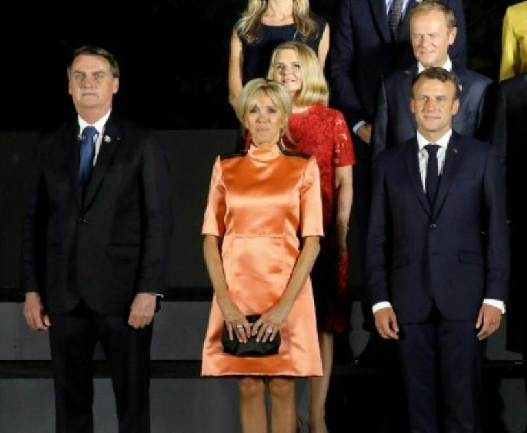 Le président brésilien Jair Bolsonaro (g) aux côtés de Brigitte et Emmanuel Macron, le couple présidentiel français, au sommet du G20 à Osaka le 28 juin 2019