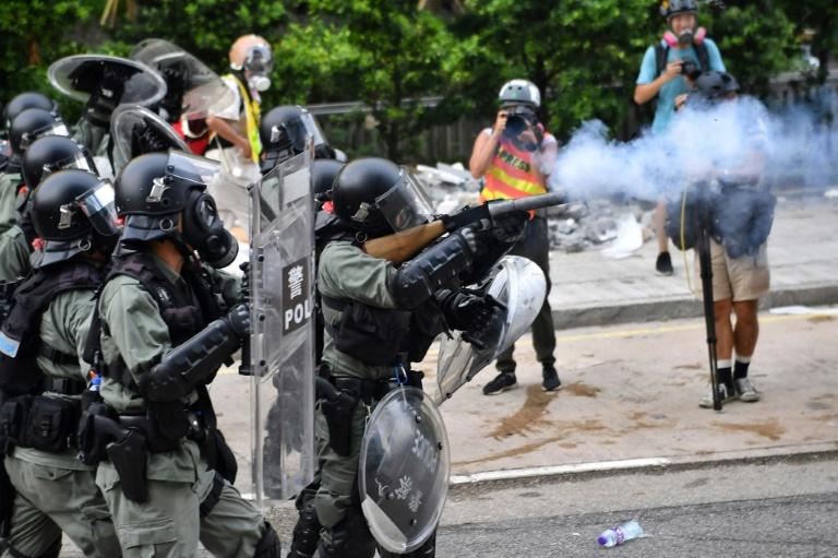 Des policiers anti-émeutes tirent des gaz lacrymogènes contre des manifestants? le 24 août 2019 à Hong Kong