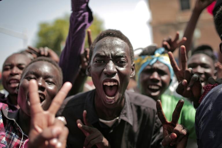 Des Soudanais célèbrent l'accord historique de transition entre militaires et contestation, le 17 août 2019 à Khartoum