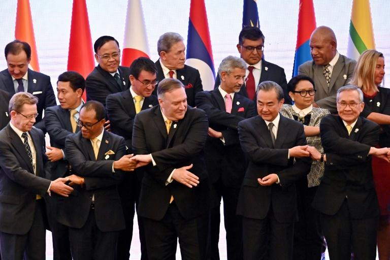 Le secrétaire d'Etat américain Mike Pompeo (1er rang au centre) s'apprête à prendre la pose pour une photo officielle, le 2 août 2019 à Bangkok, au sommet des pays de l'Asie du sud-est