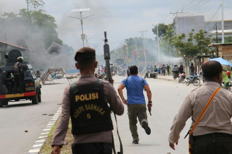 Heurts entre manifestants et police à Timika, le 21 août 2019 dans la province indonésienne de Papouasie