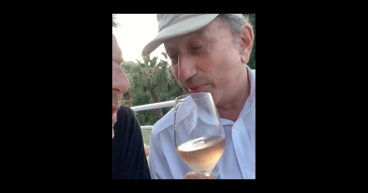 Michel Drucker Rose A La Main Pompette Il Imite Johnny Hallyday Pureactu Com