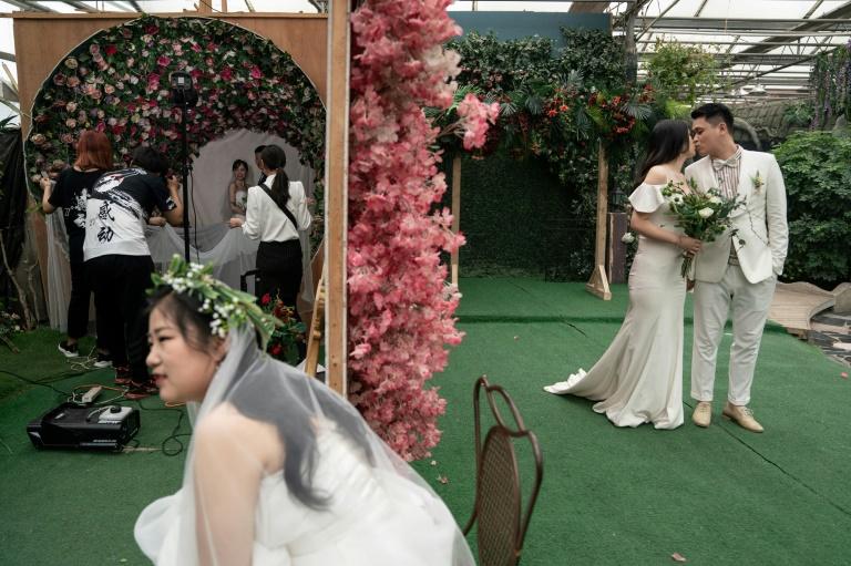 Des couples posent devant différents décors du studio Love Story in Rome à Pékin, le 5 juin 2019