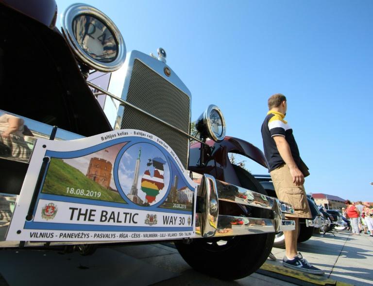 Pancarte évoquant le 30e anniversaire d'une vaste manifestation antisoviétique organisée dans les pays baltes, accrochée à une voiture de collection à Vilnius le 18 août 2019