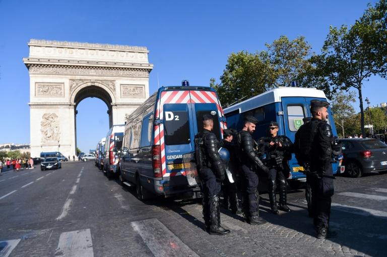 Des forces de gendarmerie stationnées aux abords de l'Arc de Triomphe à Paris, le 21 septembre 2019