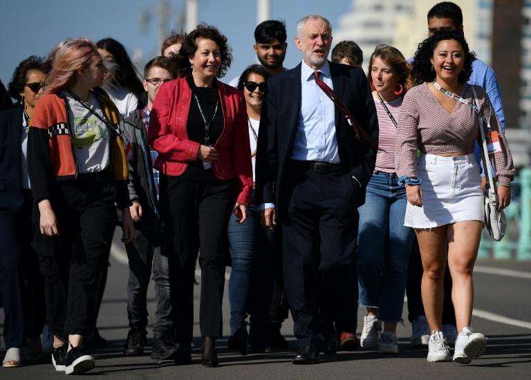 Le leader du Parti travailliste britannique Jeremy Corbyn (au centre) arrive au congrès de sa formation à Brighton, dans le sud de l'Angleterre, le 21 septembre 2019