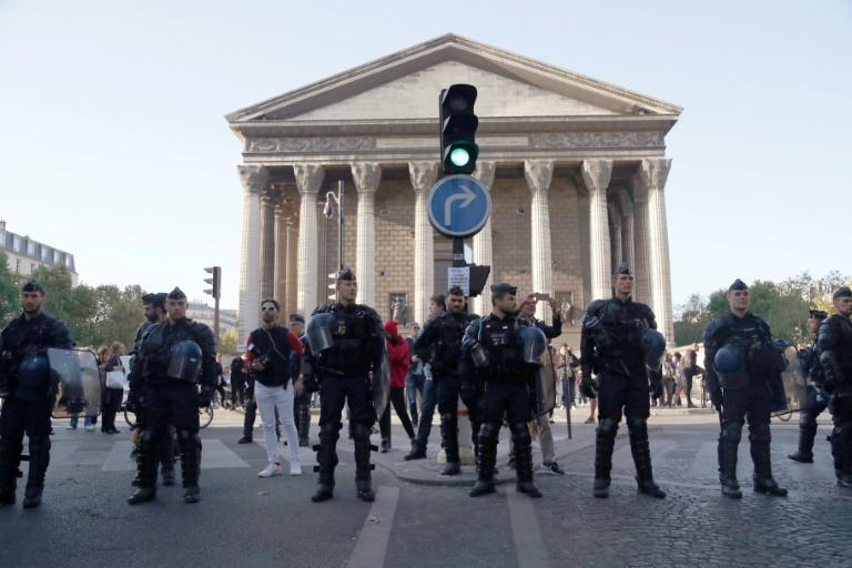 Des forces de l'ordre bloquent une rue à Paris le 21 septembre 2019 avant des rassemblements de Gilets jaunes