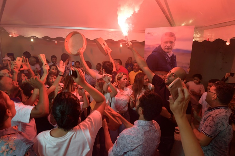 Le partisans de Nabil Karoui (portrait) célèbrent les résultats du premier tour, à Tunis le 15 septembre 2019