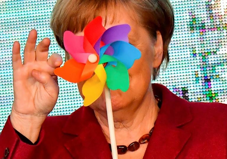 La chancelière allemande Angela Merkel avec un moulin à vent à l'ouverture du parc éolien d'Arkona en mer Baltique, le 16 avril 2019