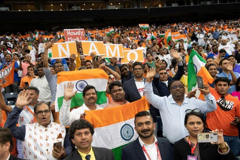 Le public brandit des drapeaux indiens lors d'une grande manifestation avec le Premier ministre indien Narendra Modi et le président américain Donald Trump le 22 septembre à Houston (Texas).