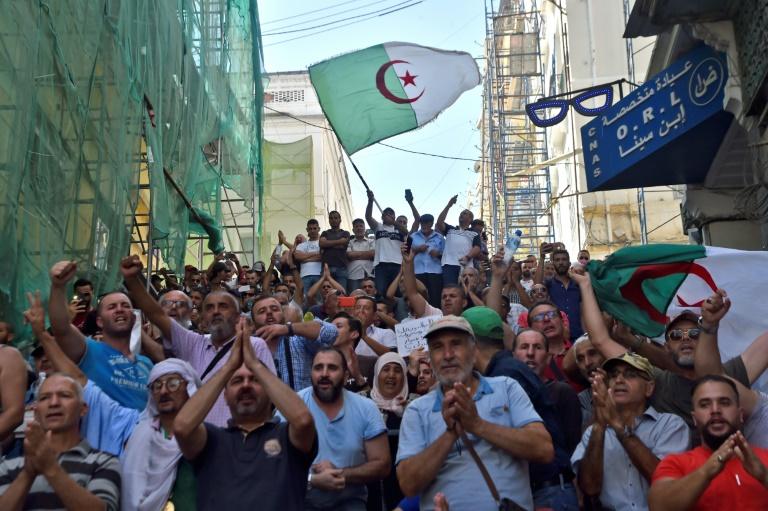 Les manifestants algériens scandent des slogans contre une loi sur les hydrocarbures à Alger, le 13 octobre 2019