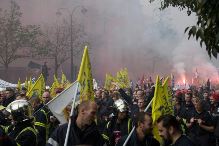 Des milliers de pompiers professionnels défilent à Paris pour dénoncer le manque d'effectifs et de reconnaissance de leur profession, le 15 octobre 2019