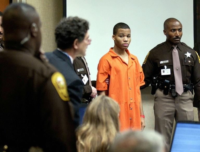 Lee Boyd Malvo (c) au tribunal de Fairfax, le 22 octobre 2003 en Virginie
