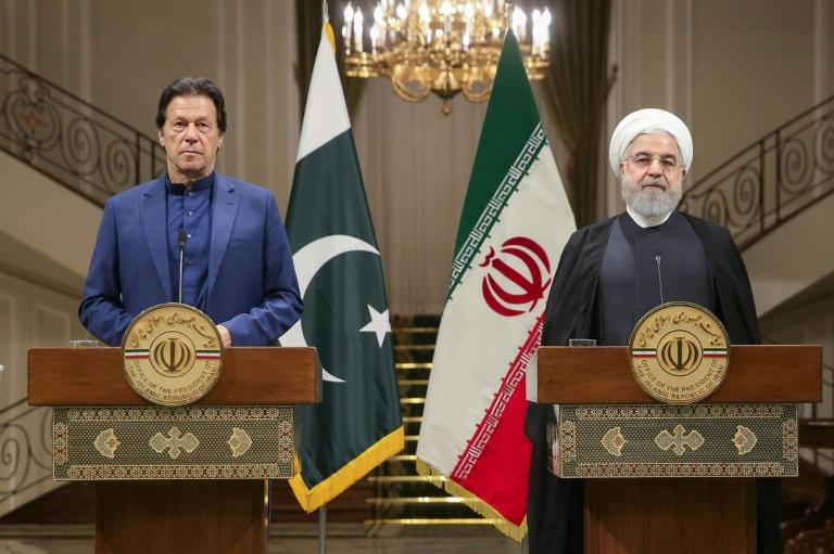 Le Premier ministre pakistanais Imran Khan (à gauche) et le président iranien Hassan Rohani (à droite) lors d'une conférence de presse à Téhéran, le 13 octobre 2019