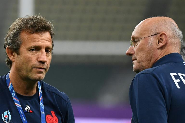 L'entraîneur-assistant du XV de France Fabien Galthié (g) et le président de la Fédération française de rugby Bernard Laporte à la veille du quart de finale de Coupe du monde contre le pays de Galles, le 18 octobre 2019 au stade d'Oita (Japon)