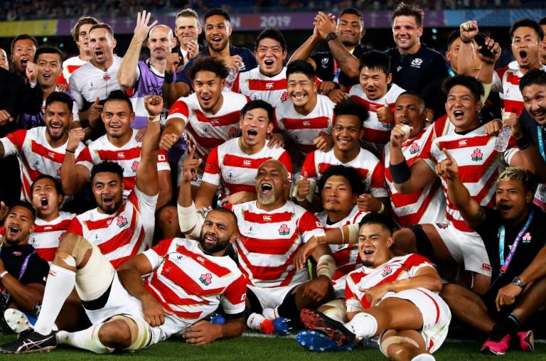 Photo de groupe des Japonais après leur qualification en quarts de la Coupe du monde, à Yokohama, le 13 octobre 2019