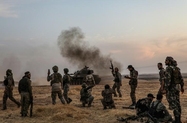 Des soldats turcs et des combattants syriens alliés se rassemblent sur les abords de la ville de Minbej, dans le nord de la Syrie, près de la frontière turque, le 14 octobre 2019
