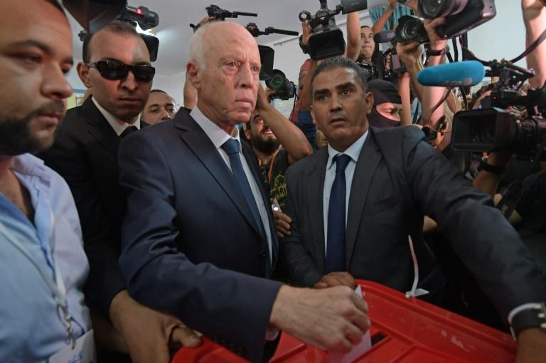 Le candidat Kais Saied vote lors du second tour de la présidentielle tunisienne, le 13 octobre 2019 à Tunis