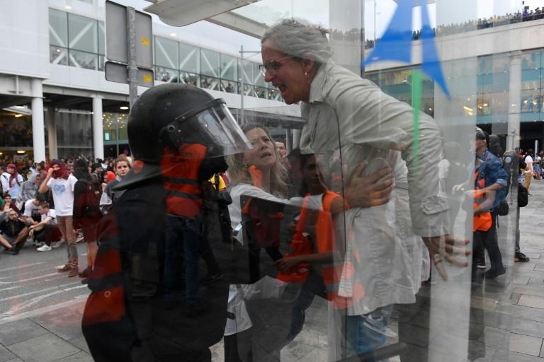 Des manifestants envahissent et bloquent l'aéroport El Prat de Barcelone, le 14 octobre 2019