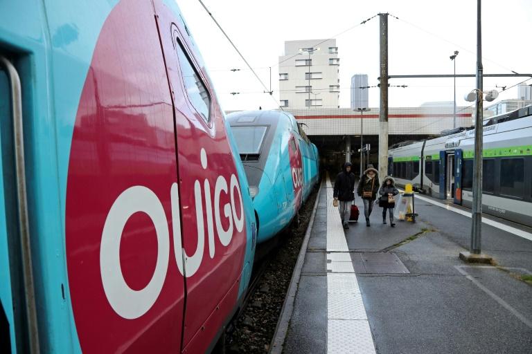 le trafic SNCF devait rester très perturbé samedi, au premier jour des vacances scolaires, direction et syndicats n'ayant pas trouvé de compromis pouvant inciter les conducteurs et contrôleurs à lever leur droit de retrait