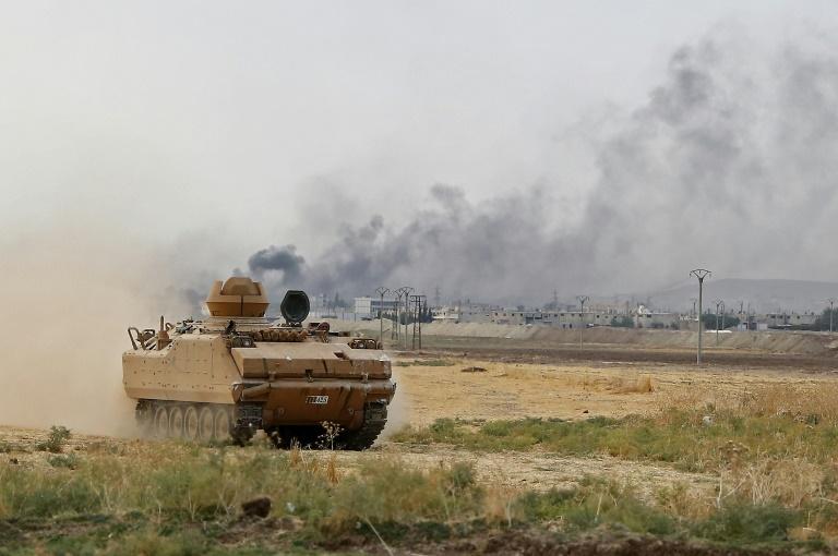 Un véhicule blindé appartenant à des combattants syriens soutenus par la Turquie et détenant une position en face de la principale ville frontalière syrienne de Ras al-Ain, le 16 octobre 2019