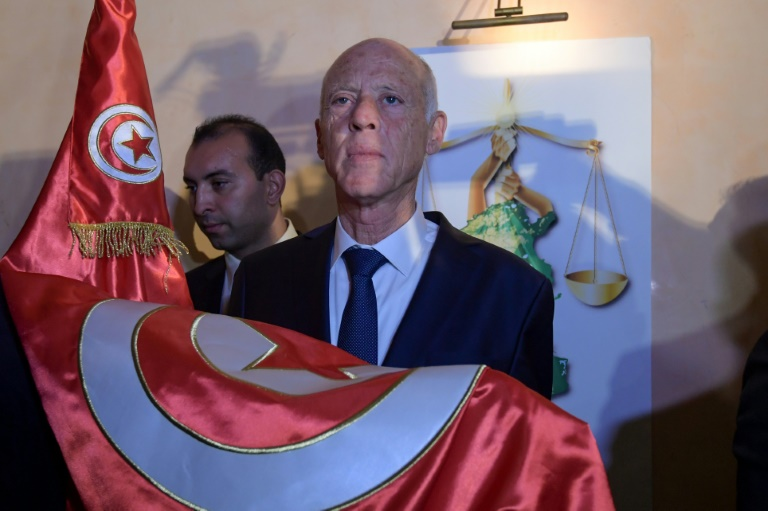 Kais Saied, enseignant de droit, célèbre sa victoire à la présidentielle tunisienne après la publication de sondages qui le donnent largement gagnant, à Tunis, le 13 octobre 2019