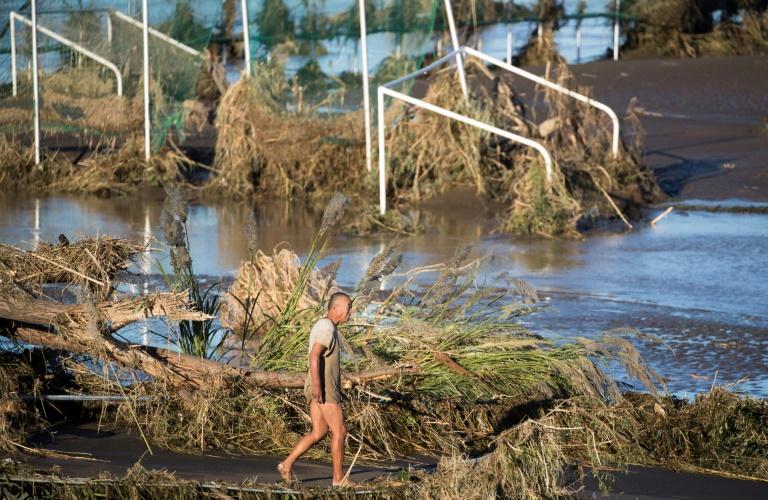 Un homme le long du fleuve Tamagawa à Kawasaki le 13 octobre 2019, après le passage du typhon Hagibis