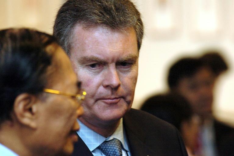 L'ancien chef du contrespionnage australien Duncan Lewis (centre) à Brisbane (Australie) le 31 octobre 2015