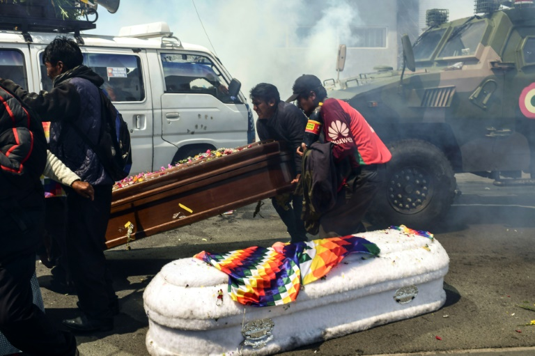 Les cercueils de personnes tuées dans des heurts mardi près de La Paz posés à terre lors d'une charge policière contre leur cortège funéraire ayant tourné à la mnifestation antigouvernementale, jeudi 21 novembre 2019.