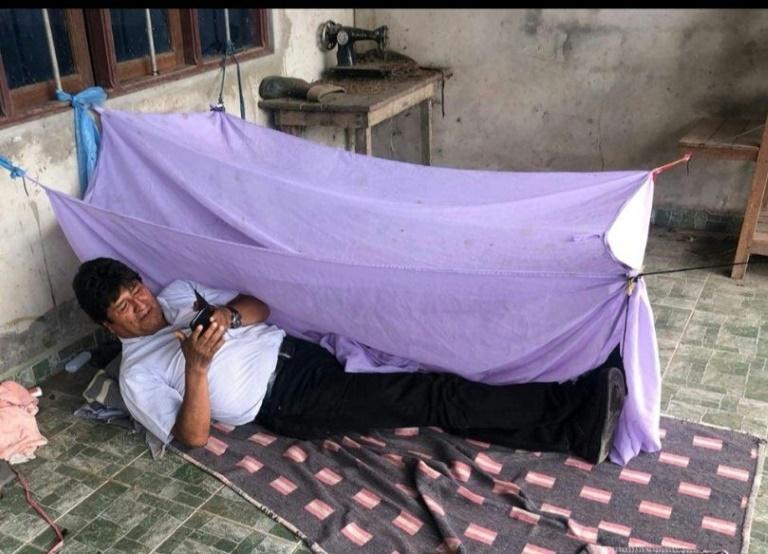 L'ex-président bolivien dit avoir passé sa première nuit après sa démission sous ce drap suspendu, selon une photo qu'il a diffusée sur son compte Twitter le 11 novembre 2019