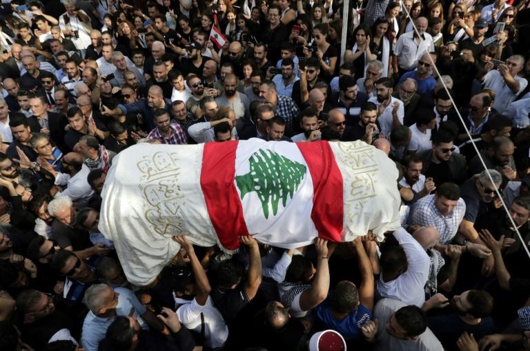 Le cercueil d'un manifestant libanais, tué par balles lors du mouvement de contestation sociale qui agite le pays, est porté par des hommes lors de ses funérailles le 14 novembre 2019 à Choueifat, au sud-est de Beyrouth