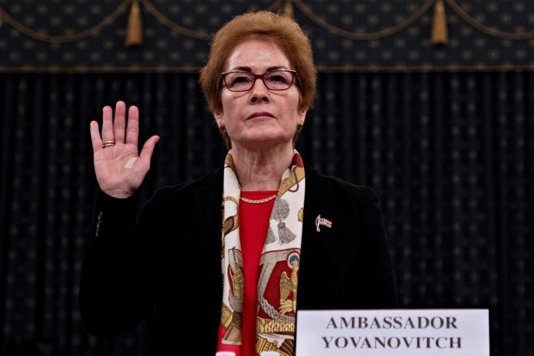 L'ex-ambassadrice américaine en Ukraine Marie Yovanovitch prête serment avant son audition publique au Congrès américain, le 15 novembre 2019, dans le cadre de l'enquête en destitution contre Donald Trump