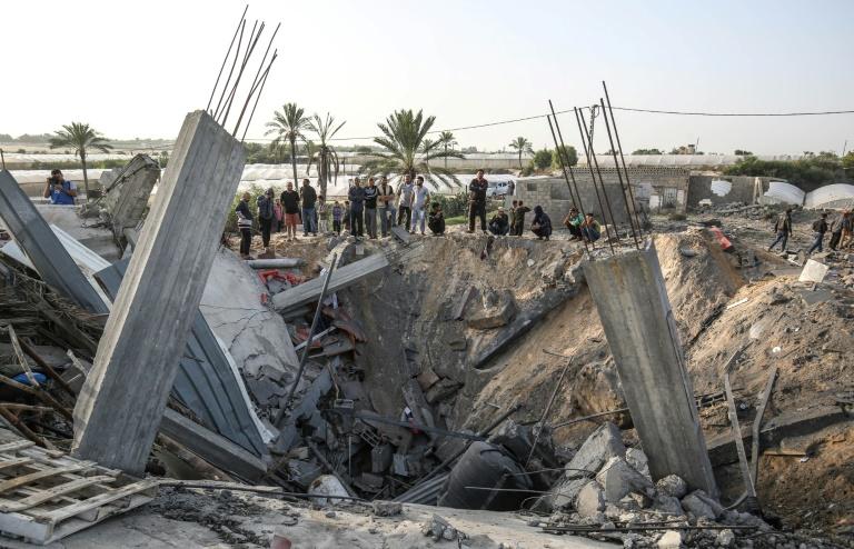 Des Palestiniens observent les dégâts provoqués par une frappe israélienne sur un bâtiment de Khan Younès, dans le sud de la bande de Gaza, le 13 novembre 2019