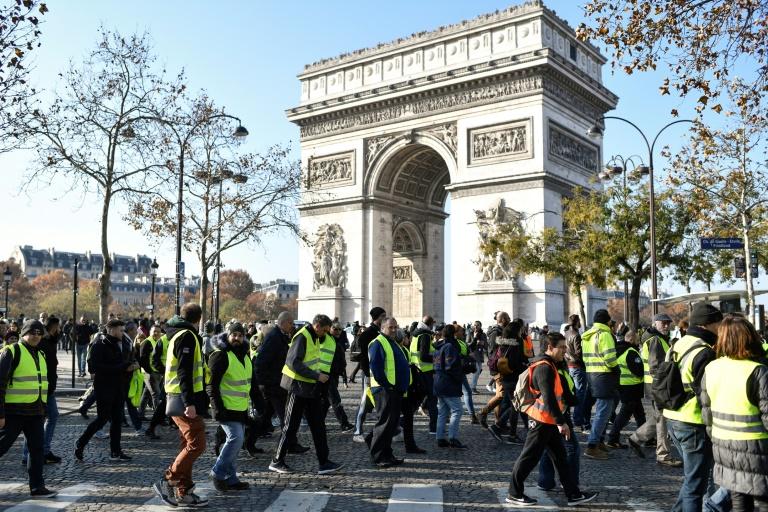 """foto de Les """"gilets jaunes"""" tentent un retour aux sources pour"""
