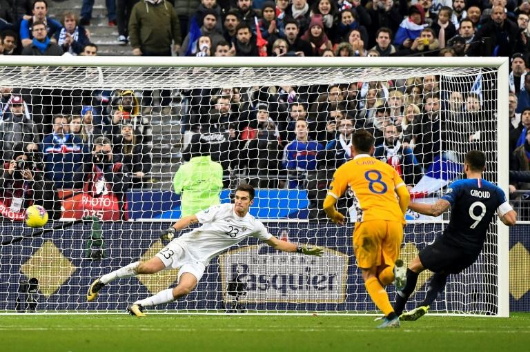 Un penalty transformé par Olivier Giroud contre la Moldavie offre la victoire aux Bleus au Stade de France, le 14 novembre 2019