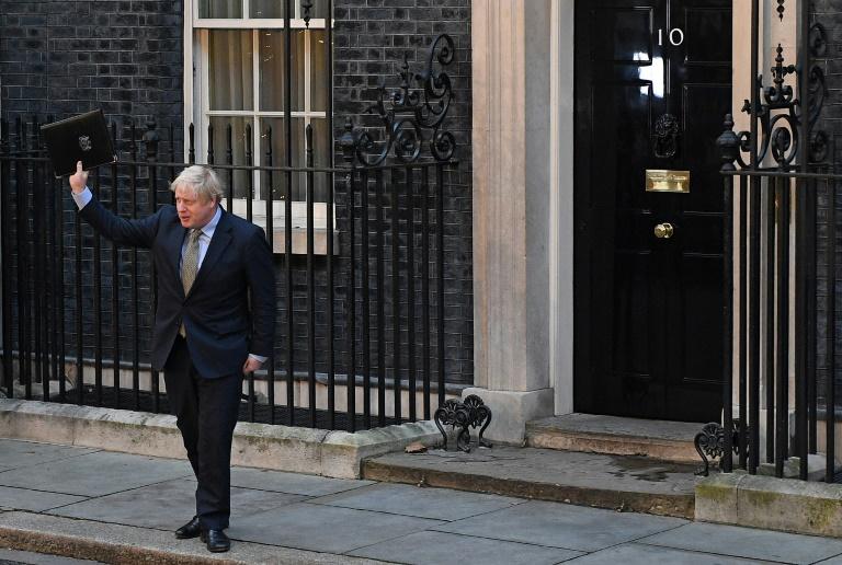 Le Premier ministre britannique Boris Johnson salue la foule devant le 10 Downing Street le 13 décembre au lendemain de sa victoire aux législatives