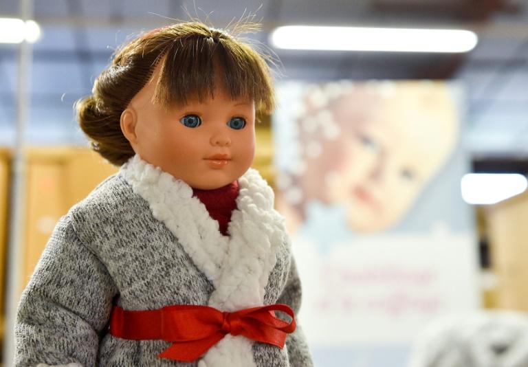 Une poupée Petitcollin dans l'atelier de fabrication, le 29 novembre 2019 à Etain, dans la Meuse