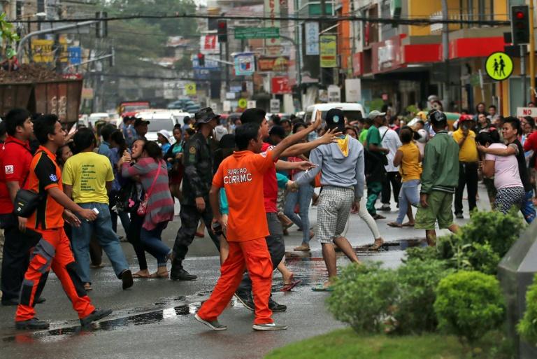 Des habitants dans les rues après un séisme à Mindanao en février 2017 aux Philippines