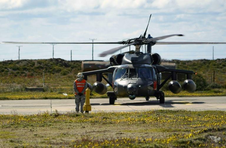 Un hélicoptère Black Hawk participant aux recherches de l'avion militaire chilien disparu, le 11 décembre 2019 sur la base de Chabunco à Punta Arenas