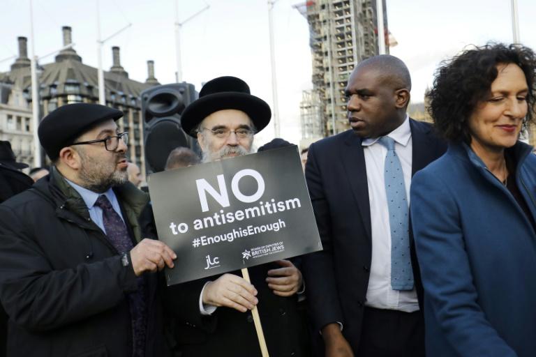 Le travailliste David Lammy (2D) aux côtés de membres de la communauté juive manifestant contre Jeremy Corbyn et l'antisémitisme au sein du Labour, le 26 mars 2018 à Londres