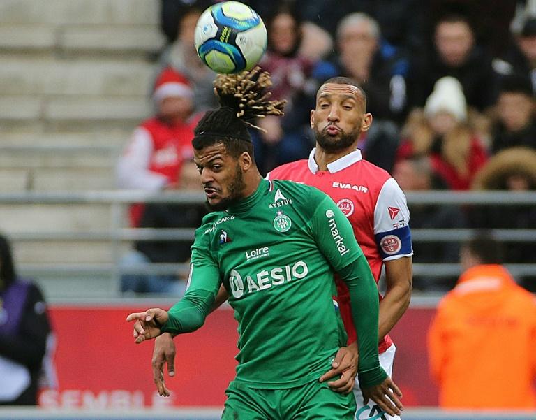 L'attaquant de Saint-Etienne, Lois Diony (g), à la lutte avec le défenseur franco-marocain de Reims, Yunis Abdelhamid, lors du match de Ligue 1 à Reims, le 8 décembre 2019