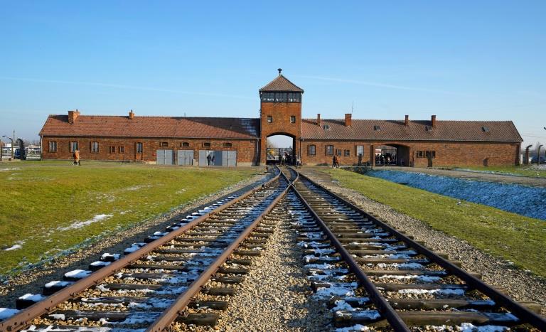 Le chemin de fer entrant dans l'ancien camp d'extermination d'Auschwitz, à Oswiecim en Pologne, le 5 décembre 2019