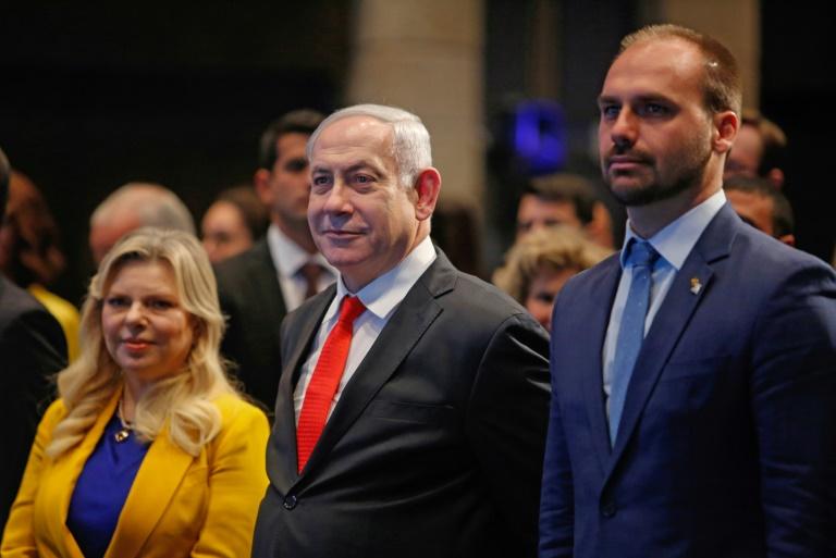 Le député brésilien Eduardo Bolsonaro (droite), fils du président brésilien Jair Bolsonaro, le Premier ministre israélien Benjamin Netanyahu et sa femme Sara Netanyahu, lors de l'ouverture d'un bureau économique brésilien à Jérusalem, le 15 décembre 2019