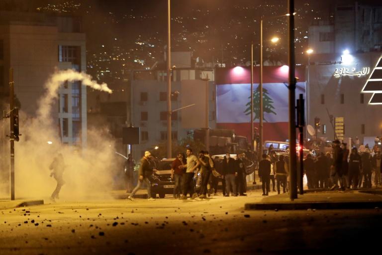 Des gaz lacrymogènes sont tirés par la police anti-émeute libanaise pour disperser des manifestants, à Beyrouth le 14 décembre 2019