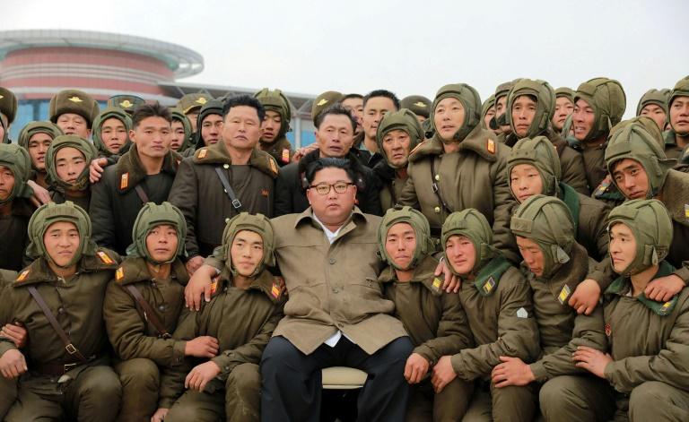 Le leader nord-coréen Kim Jong Un entouré de soldats, dans un endroit non spécifié, sur cette photo diffusée par l'agence de presse nord-coréenne KCNA le 18 novembre 2019