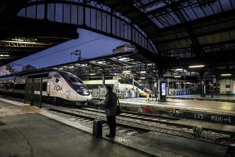 Un voyageur Gare de l'Est à Paris, le 13 décembre 2019