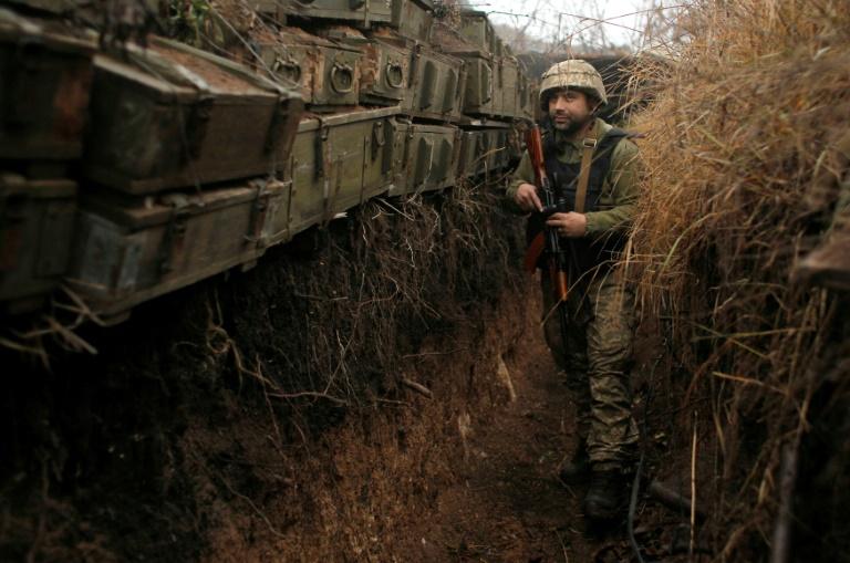 Un soldat ukrainien sur la ligne de front avec les séparatistes prorusses, dans une zone industrielle près de la ville d'Avdiivka, dans l'est de l'Ukraine, le 28 novembre 2019