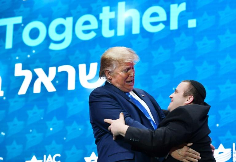 Donald Trump salue un membre d'un groupe de musique au sommet du conseil américano-israélien, le 7 décembre 2019 à Hollywood, en Floride