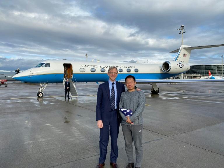 L'émissaire américain pour l'Iran Brian Hook accueille en Suisse l'étudiant américain Xiyue Wang après sa libération par Téhéran, le 7 décembre 2019